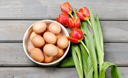 Ägg i en bunke på träbakgrund Royaltyfria Foton