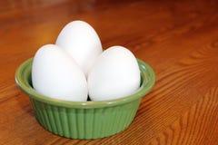 Ägg i en grön bunke Royaltyfria Foton