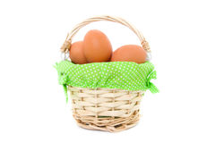 Ägg i en korg Arkivfoton