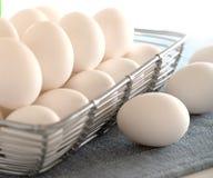 Ägg i en korg Arkivfoto