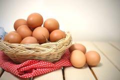 Ägg i en korg Royaltyfria Foton