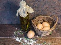 Ägg i en korg Royaltyfri Bild