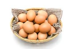 Ägg i en korg med den bruna torkduken. Royaltyfria Foton