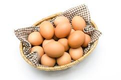 Ägg i en korg med den bruna torkduken. Royaltyfria Bilder