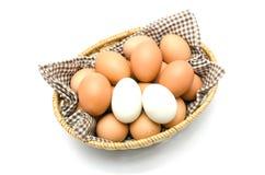 Ägg i en korg med den bruna torkduken. Fotografering för Bildbyråer
