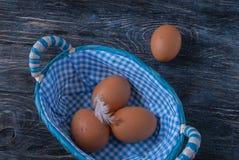 Ägg i en korg på arkivfoto