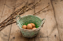 Ägg i en korg på tabellen Arkivfoto