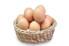 Ägg i en korg på vit bakgrund fotografering för bildbyråer
