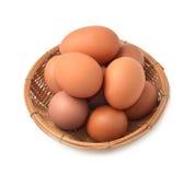 Ägg i en korg, vit bakgrund royaltyfri bild