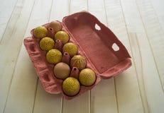 Ägg i en packe på en träbakgrund, isolat Gulingmodeller målas Arkivfoton