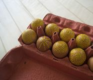 Ägg i en packe på en träbakgrund, isolat Gulingmodeller målas Arkivbilder