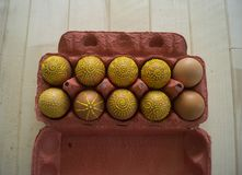 Ägg i en packe på en träbakgrund, isolat Gulingmodeller målas Fotografering för Bildbyråer