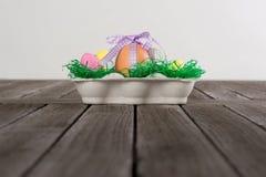 Ägg i ett easter rede med små ägg på en tabell Royaltyfri Fotografi