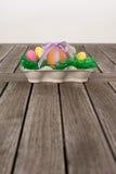 Ägg i ett easter rede med små ägg på en tabell Royaltyfria Bilder