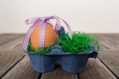 Ägg i ett easter rede på en tabell Royaltyfri Foto