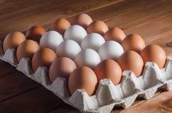 Ägg i ett magasin på en trätabell Arkivfoton