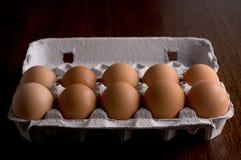 Ägg i ett pappers- magasin Arkivfoton