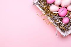 Ägg i ett vitt magasin Idérikt påskbegrepp Moderna fasta rosa färger Royaltyfri Bild