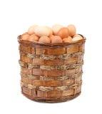 Ägg i gnäggar den bruna korgen Royaltyfria Foton