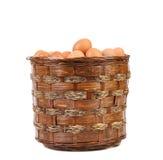 Ägg i gnäggar den bruna korgen. Royaltyfria Bilder