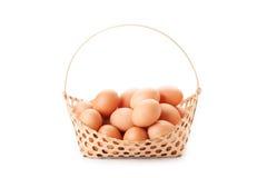 Ägg i korg Arkivbilder