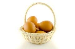 Ägg i korg fotografering för bildbyråer
