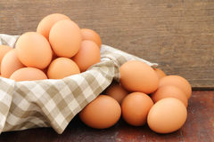 Ägg i korg Royaltyfri Bild