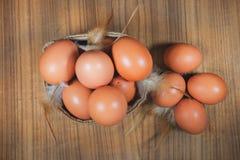 Ägg i korg på trä Ägg Ägg medf8ort rawfood Arkivbilder