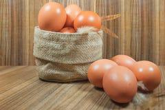 Ägg i korg på trä Ägg Ägg medf8ort rawfood Arkivbild