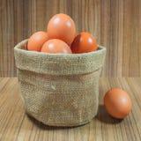 Ägg i korg på trä Ägg Ägg medf8ort rawfood Fotografering för Bildbyråer