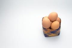 Ägg i korg på vit bakgrund Royaltyfri Bild