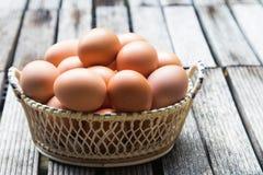 Ägg i korgen Arkivbild