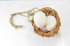 Ägg i korgen för bakgrund Fotografering för Bildbyråer
