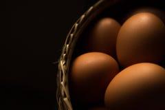 Ägg i korgen - som är användbar för bakgrunder arkivbilder