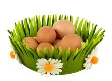 Ägg i korgen som isoleras på en vit bakgrund Royaltyfri Foto