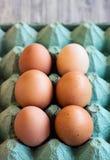 Ägg i lantlig pappers- ask Royaltyfri Foto