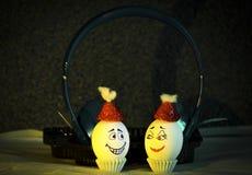 Ägg i lyssnande musik arkivbild