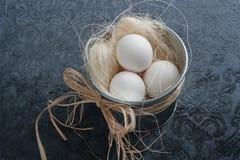 Ägg i metallkorg Arkivbilder