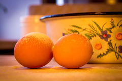 Ägg i mjöl i köket Arkivfoto