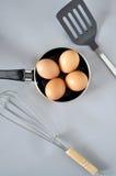 Ägg i panna Royaltyfria Bilder