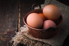 Ägg i tunnbindaren lägger in på den horisontalträtabellen Arkivbilder