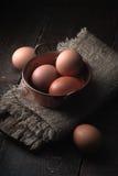 Ägg i tunnbindaren lägger in på trätabelllodlinjen Arkivfoto