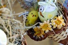 Ägg, knäpp blomma och randig torkduk Arkivfoto