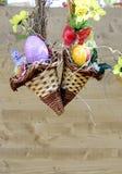 Ägg, knäpp blomma och randig torkduk Arkivbilder