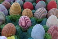 Ägg, knäpp blomma och randig torkduk Fotografering för Bildbyråer