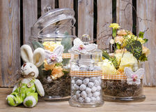 Ägg, knäpp blomma och randig torkduk Royaltyfri Foto