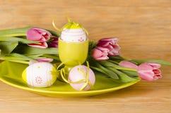 Ägg, knäpp blomma och randig torkduk Arkivbild