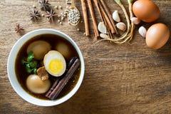 Ägg kokade i skyn med kryddor på träbakgrund Thailändsk kokkonst (den Kai PA-loen) Arkivfoto