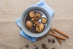 Ägg kokade kokt i skyn på vit Royaltyfria Foton