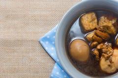 Ägg kokade kokt i skyn på vit Royaltyfri Foto
